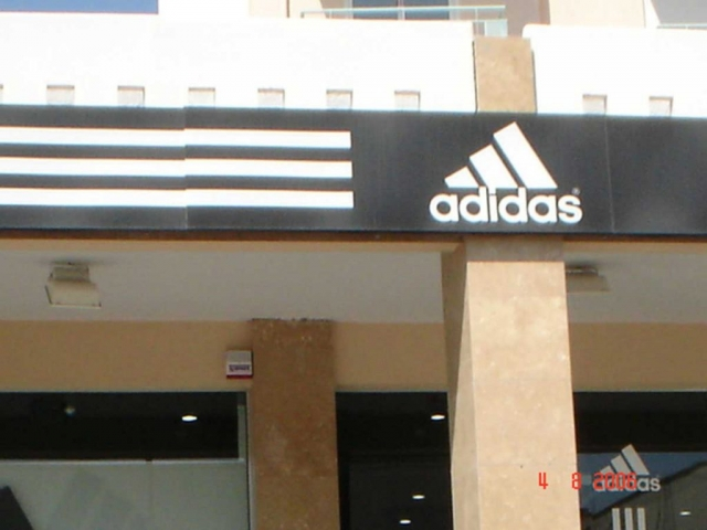 επιγραφή adidas