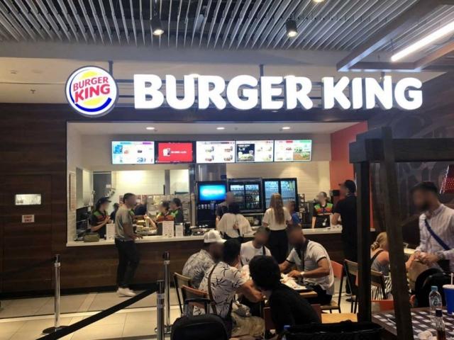 Κουτιαστά φωτεινά γράμμτα burger king σε εσωτερικό χώρο