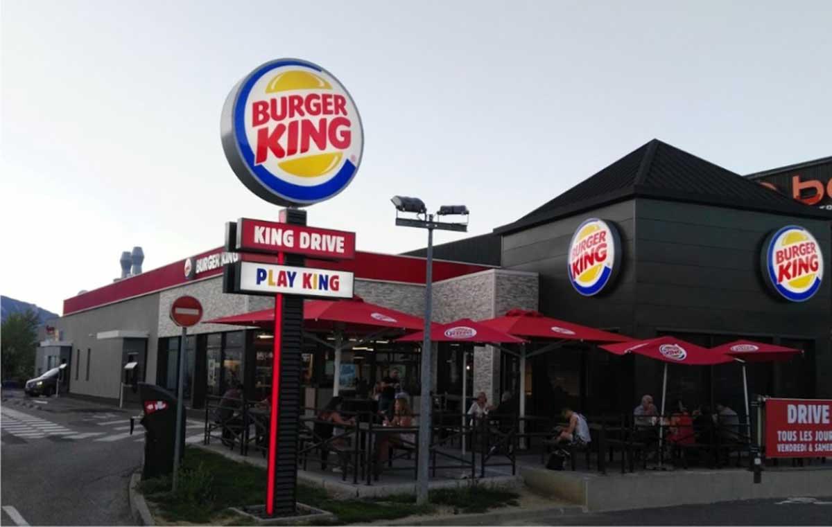 Σήμανση καταστήματος Burger King και totem στην Γαλλία
