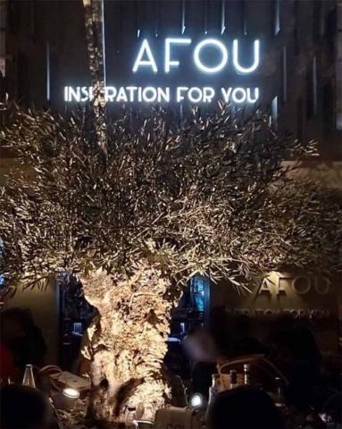 AFOU φωτεινή επιγραφή νύχτα